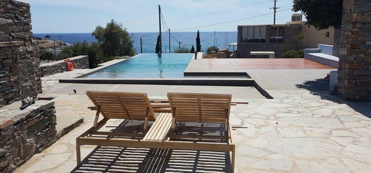 Κατασκευή πέργκολας και τοποθέτηση Deck ιρόκο δίπλα σε πισίνα στην Τζια