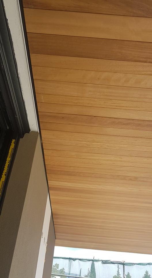 Επένδυση οροφής με Deck iroko στη Φιλοθέη